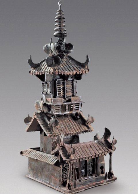 Trong mộ còn có mô hình ngôi nhà 2 tầng làm bằng men sứ rất chi tiết, có tường bao quanh và cổng vào. Theo kiến trức sư Qinghua Guo, giáo sư tại trường đại học Melbourne, những mô hình như thế rất có ích trong quá trình phục dựng lại các toà nhà thời xưa của Trung Quốc.
