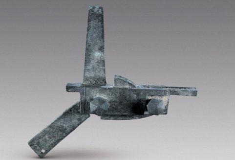 Như bất cứ chiến binh nào, vị tướng này cũng được trang bị cho kiếp sau: cây đao bằng sắt và một bộ cung bằng đồng, sau 1800 năm vẫn còn trong tình trạng rất tốt.