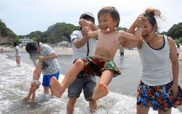 Bãi biển đầu tiên ở Fukushima mở cửa sau thảm họa