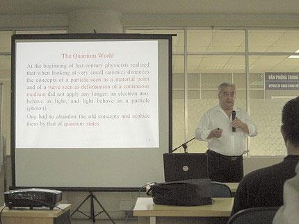 GS. Pierre Darriulat thuyết trình tại Viện Nghiên cứu cao cấp về toán