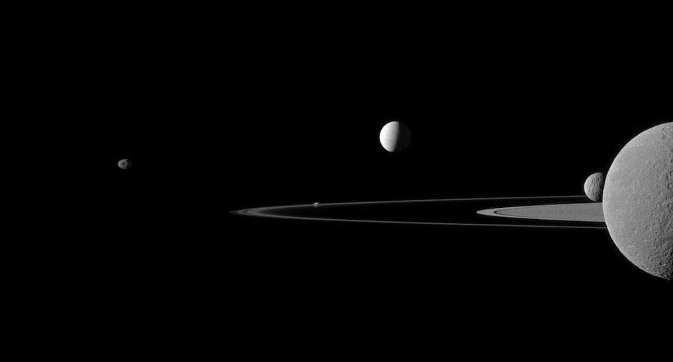 Tàu thăm dò Cassini của Cơ quan vũ trụ Mỹ (NASA) đã chụp lại được hình ảnh 5 vệ tinh của sao Thổ bay gần nhau.