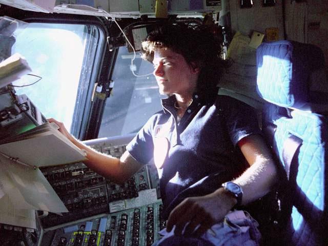 Nữ phi hành gia Sally Ride trên phi thuyền Challenger vào năm 1983.