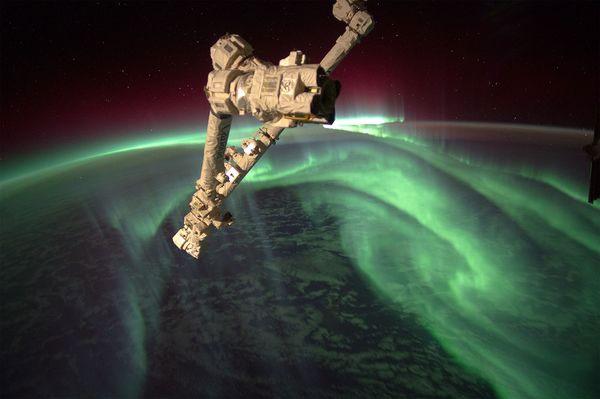 Cánh tay robot của Trạm Không gian Quốc tế xuất hiện phía trên một vùng bị bao phủ bởi cực quang vào ngày 15/7.