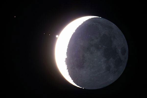 Mặt trăng gần như che khuất sao Mộc khi hai thiên thể này cùng với sao Kim xếp thành một đường thẳng vào hôm 15/7. Chấm tròn nhỏ ở phía xa chính là sao Kim.