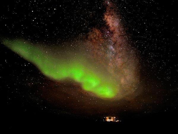 Cực quang phía trên trạm Concordia của Italy và Pháp tại Nam Cực vào tối 18/7.