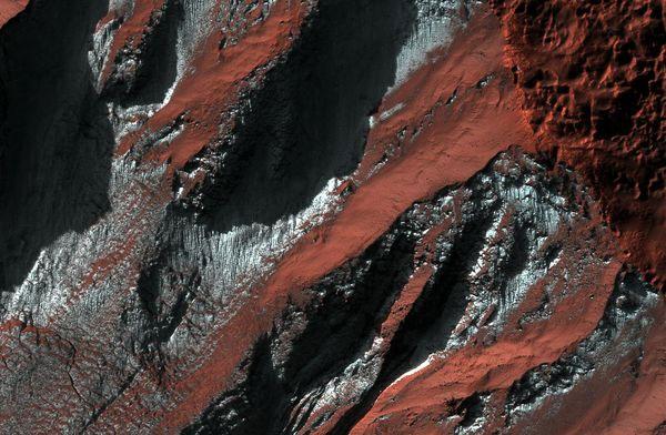 Băng carbon dioxide tạo thành lớp màu nâu trên bề mặt một vùng ở bán cầu nam của sao Hỏa.