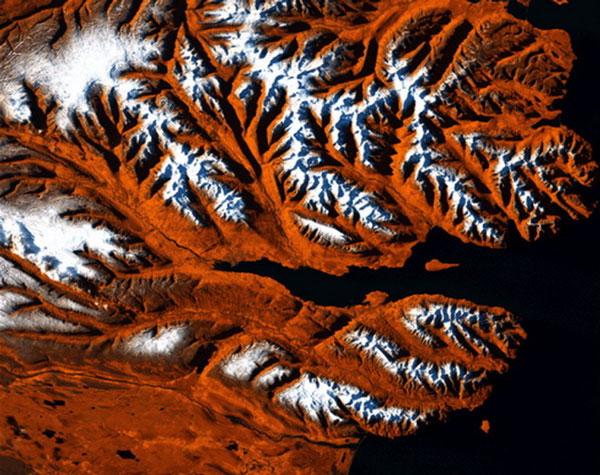 Nhìn từ trên cao, bờ biển phía bắc của Iceland trông như đầu của một con hổ hung dữ