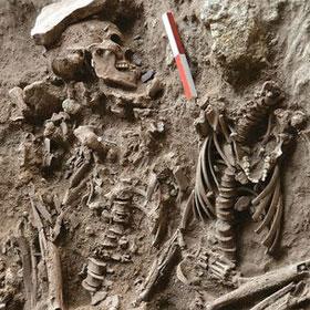 Mộ đôi táng với hoa thơm của người tiền sử
