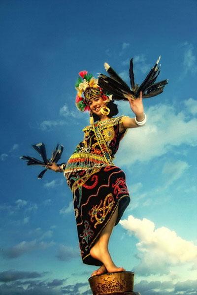Lạ lùng tộc người giống người Việt cổ trên đảo Borneo
