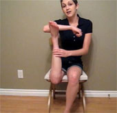 Video: Cô gái có thể vặn ngược chân 180 độ