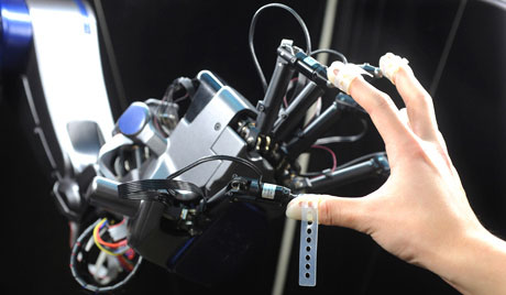 Kỳ diệu robot biết... mổ