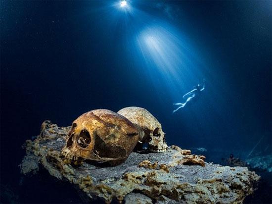 Qua nghiên cứu, các nhà khảo cổ đã tìm thấy hơn 100 bộ xương người dưới đáy giếng thánh, nhiều châu báu, đồ dùng thời xưa.