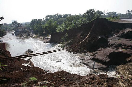 Vỡ đập ở Indonesia khiến hàng nghìn người sơ tán