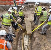 Một quan tài kép được khai quật tại bãi đỗ xe ở Anh
