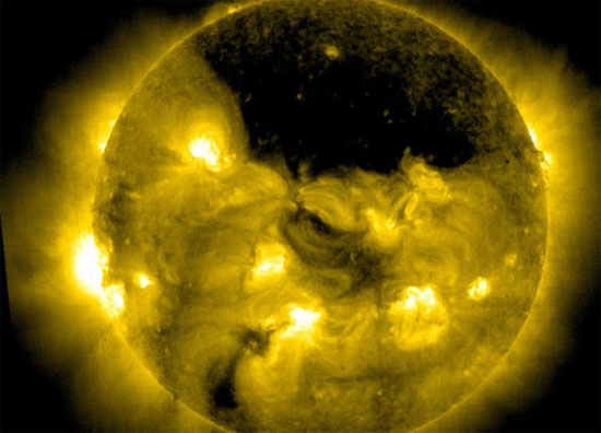 Hố khổng lồ trên mặt trời