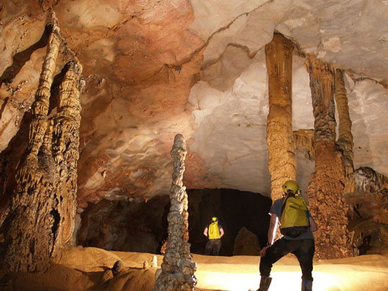 Hai hang động có rặng thạch nhũ ở Quảng Bình