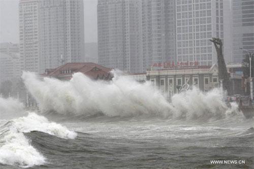 Sóng lớn ập vào bờ biển tỉnh Sơn Đông hôm nay, do ảnh hưởng của siêu bão Muifa. (Ảnh: Xinhua)