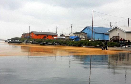 Chất cam lạ kỳ này bao phủ một vùng nước khá rộng ở Kivalina, Alaska (Ảnh: AP)