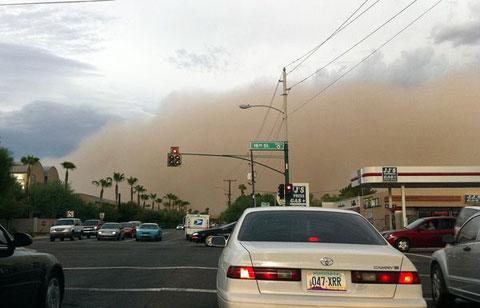 Trận bão bụi làm đổ nhiều cây cối và cột điện, gây nên nhiều vụ tai nạn giao thông tại thành phố Phoenix, bang Arizona. Cảnh sát phải phong tỏa nhiều đường phố và hàng chục chuyến bay bị hoãn hoặc hủy.