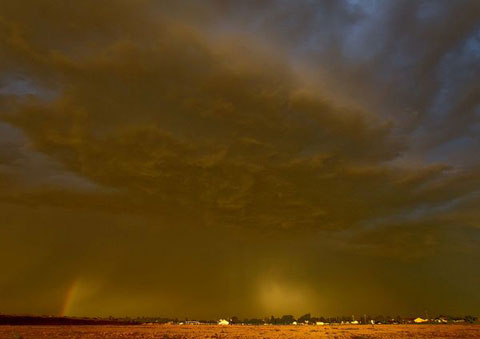 Bầu trời phía trên thành phố Queen Creek chuyển sang màu vàng vì bão bụi.