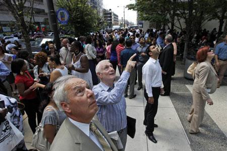 Hàng trăm người chạy ra đường tại thành phố Philadelphia, bang Pennsylvania, Mỹ sau trận động đất hôm 23/8. (Ảnh: AP)
