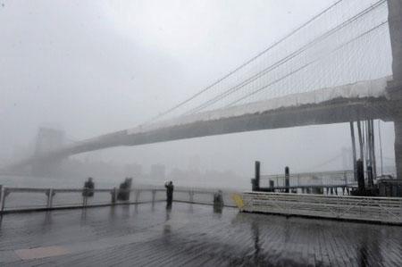 Mưa xối xả trên cây cầu Brooklyn nối Manhattan với quận Brooklyn.( Ảnh: AFP)