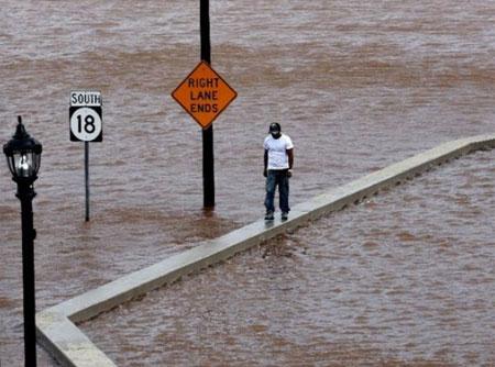 Trong khi đó, các bang bờ đông Mỹ cũng bị ảnh hưởng bởi bão. Đường cao tốc ở New Brunswick, New Jersey, ngập nước. Nước lũ tràn vào khắp bang này vào ngày hôm qua khiến 600.000 người phải di tản trong tình trạng không có điện sinh hoạt. (Ảnh: AFP)