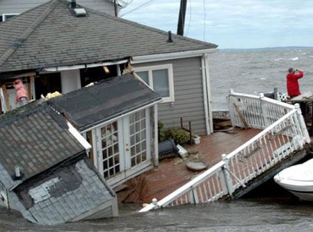 Một ngôi nhà xiêu vẹo khi bão đi qua bãi biển Fairfield ở bang Connecticut. Cơn bão nhiệt đới đã khiến nước biển tràn lên khu dân cư và phá hủy nhiều ngôi nhà ở sát bờ biển, đánh đổ cây và gây mất điện cho nửa bang. (Ảnh: AP)