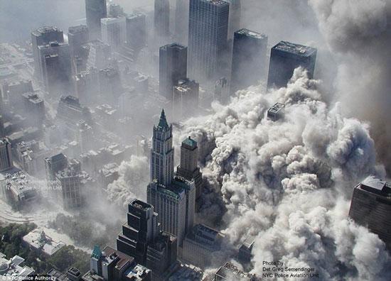 Khoảnh khắc Tháp đôi sụp đổ. (Ảnh: BBC)