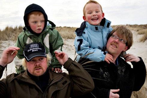Từ trái sang phải: Chồng cũ Michael và con trai Marcus, cùng với người tình mới của chị Charlott - anh Tommy - và con trai Lucas. (Ảnh: Mirror)