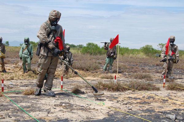 Tiến hành rà phá bom mìn và xử lý ô nhiễm dioxin tại sân bay Đà Nẵng.