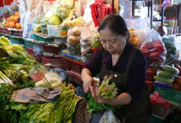 Bà Chen Shu Chu bên cửa hàng rau của mình