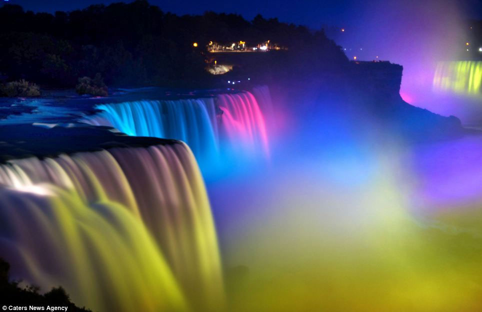Thác Niagara lung linh sắc màu về đêm