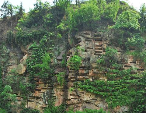 Khu huyệt đá bí ẩn trên vách núi Trung Quốc