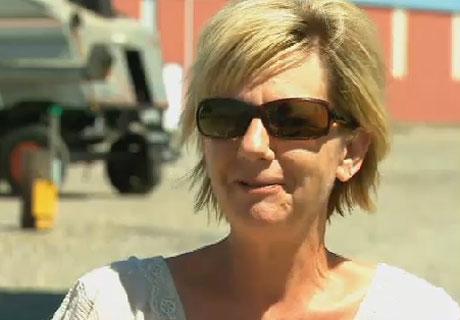 Cindy Geib, chủ của cánh đồng lúa mì bị phá hoại bởi những hình tròn, không nghĩ rằng sinh vật ngoài hành tinh đã bước vào cánh đồng.