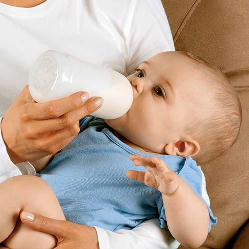 Tại sao không nên cho trẻ sơ sinh uống sữa bò?