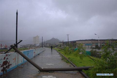 Cột điện đổ gần cảng cá Shipu, huyện Xiangshan, tỉnh Chiết Giang.