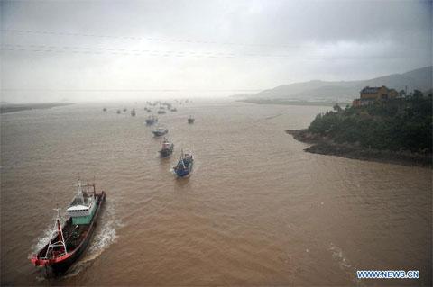 Các con tràu đi trú bão tại thị trấn Hepu. Hơn 30.000 tàu của Chiết Giang được gọi về trú ẩn tại cảng.