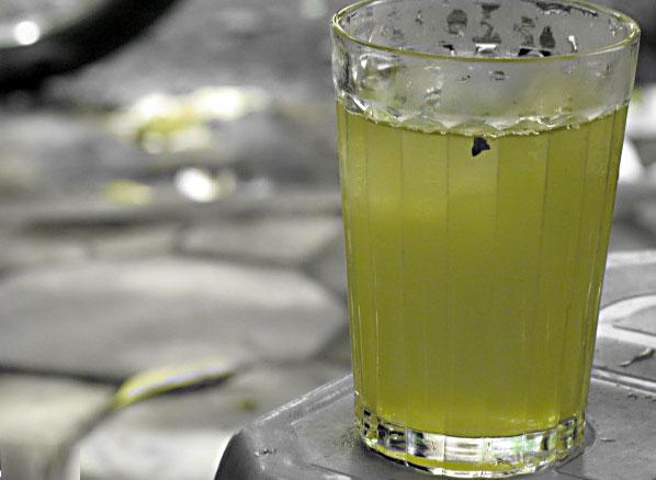 Uống trà đá tăng nguy cơ sạn thận