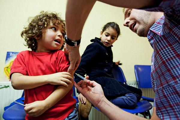 Trì hoãn tiêm chủng cho trẻ có hại gì?