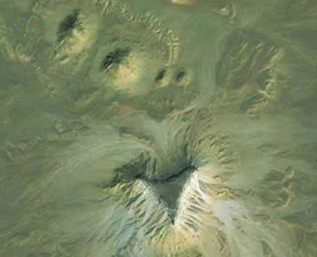 Địa điểm thứ hai gồm một mô đất bốn cạnh rộng khoảng 45 mét và 3 gò đất khác nhỏ hơn.