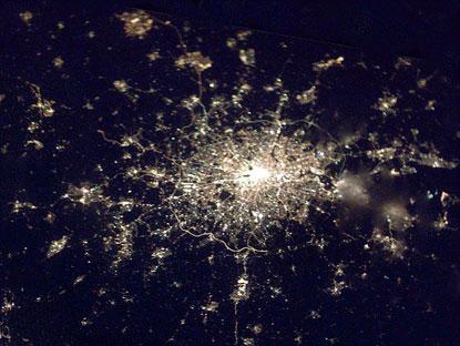 Video: Trái đất về đêm nhìn từ vũ trụ