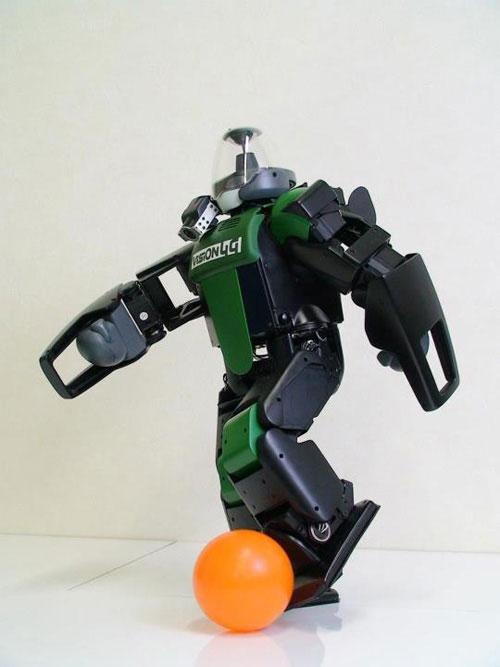 Robot đến từ Nhật biết đá bóng vào gôn.