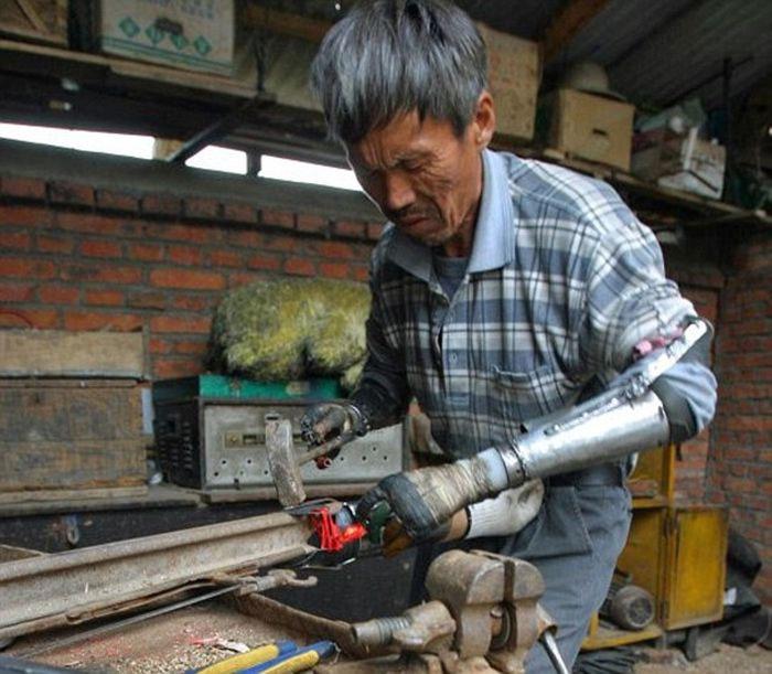 Nông dân Trung Quốc tự làm cánh tay giả