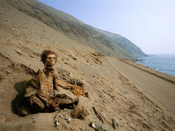 Một xác chết vẫn còn nguyên da, tóc và quần áo được chôn ở sa mạc Atacama