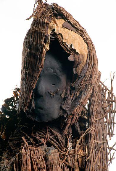 Xác ướp một người phụ nữ 2000 năm tuổi có mặt nạ làm từ tấm vải liệm bằng cây lau sậy, dây thừng và da làm từ da một con bồ nông.
