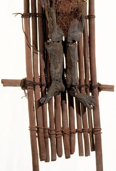 Đối với người Chinchorro, trẻ em được gắn vào khung gỗ đeo lên lưng cha mẹ chúng khi sống cũng khi chết