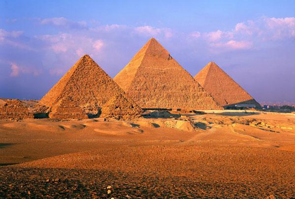 Đại kim tự tháp Giza được người Ai Cập xây dựng năm 2.560 - 2.540 trước Công nguyên