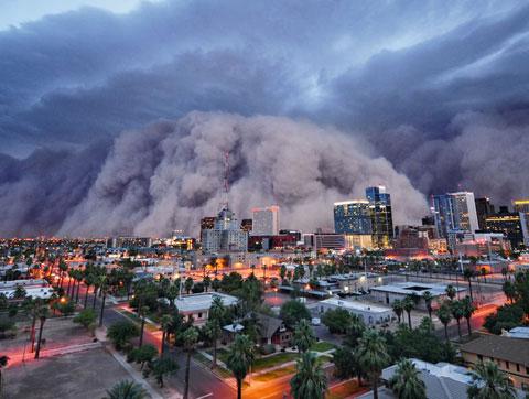 Cơn bão bụi kinh hoàng diễn ra ngày 5/7 năm ngoái ở Arizona, Mỹ. Những cơn gió lớn với vận tốc 95km/h đã tạo ra một bức tường bụi khổng lồ cao đến 3.000m. Nó nuốt gọn thủ phủ Phoenix và sa mạc Arizona.