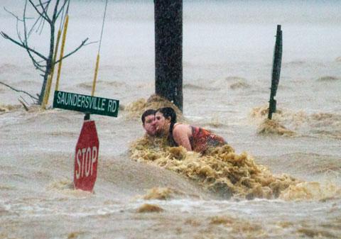 Lũ lớn trong 1.000 năm qua đã biến bang Tennessee, Mỹ thành đầm lầy. Hai nạn nhân trong ảnh mắc kẹt trên mái nhá ở thành phố Nashville ngày 2/5/2010.
